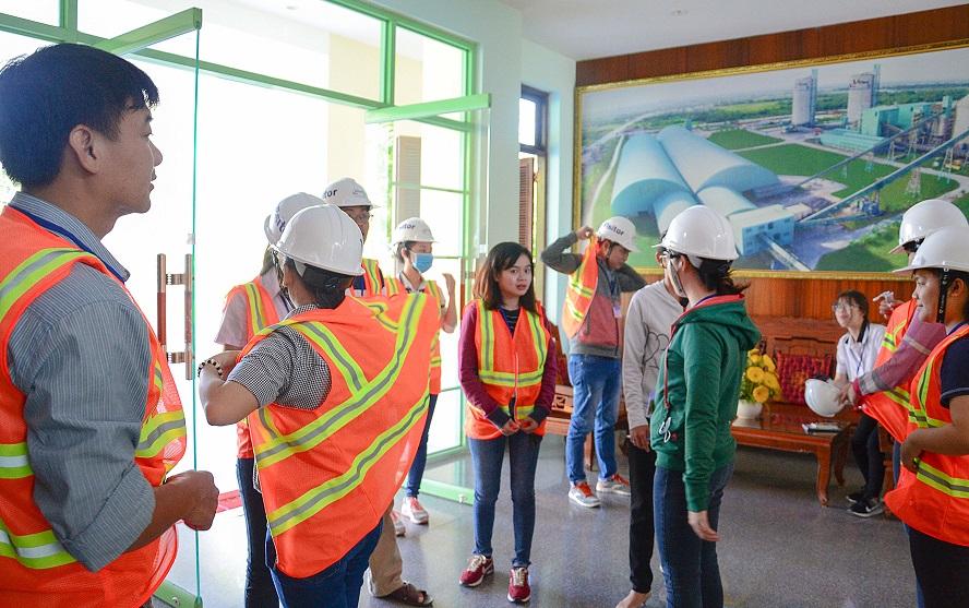 Chuyến đi thực tế của các bạn học viên tại Công ty Cổ phần Xi Măng Hà Tiên 1- Trang bị đồ bảo hộ lao động khi đi tham quan nhà máy.