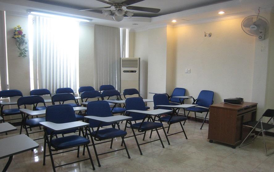 Hệ thống phòng học với sức chứa từ 30 - 50 học viên, được trang bị đầy đủ các thiết bị.